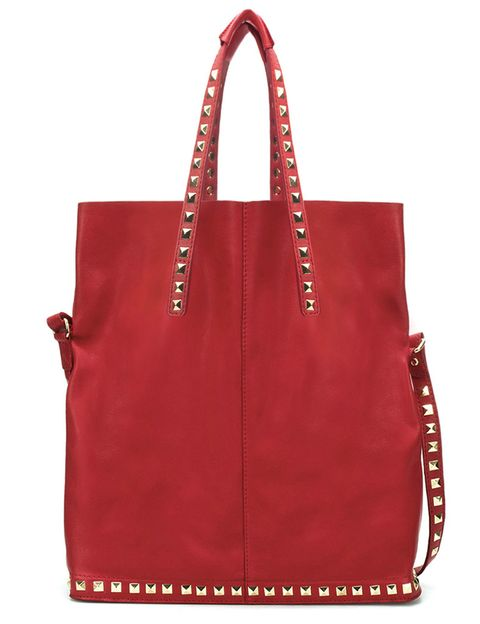 """<p>Bolso de hombro en piel de color rojo con tahcuelas doradas (79,95 €) de <a href=""""http://www.zara.com/webapp/wcs/stores/servlet/product/es/es/zara-W2012/269200/828120/SHOPPER%20BLANDO%20TACHAS"""" target=""""_blank""""><strong>Zara</strong></a>.</p>"""