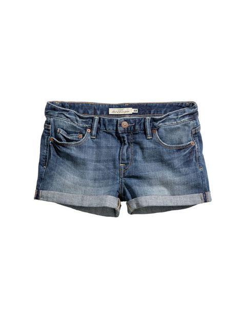 <p>Short con tejido denim y dobladillo, de <strong>H&amp;M</strong> (19,95 €).</p>