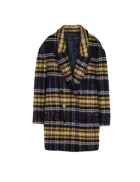<p>El abrigo estrella de la temporada es de Zara y cuesta 39,95 €. En su tienda online está arrasado, pero igual en alguna tienda puedes tener suerte.</p>