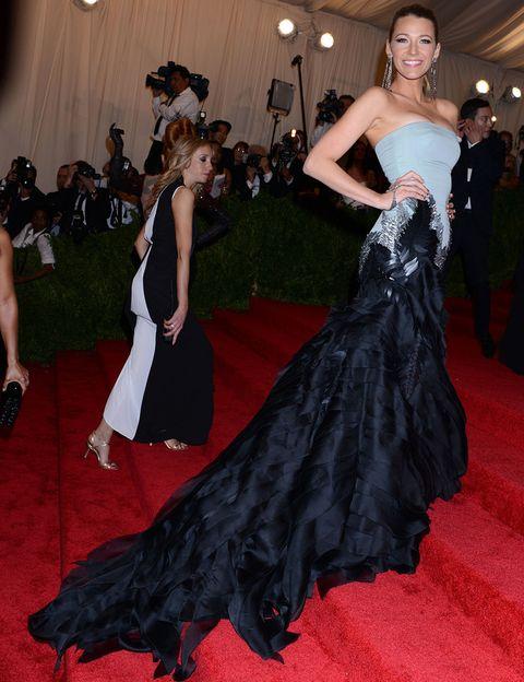 <p><strong>Blake Lively</strong>impactó con su vestido strapless de <strong>Gucci</strong>en negro y gris con adorno de plumas plateadas, bordados y una espectacular falda de capas de organza que caen en cascada. Remató el look con zapatos de <strong>Christian Louboutin</strong> y joyas de <strong>Lorraine Schwartz</strong>.</p>