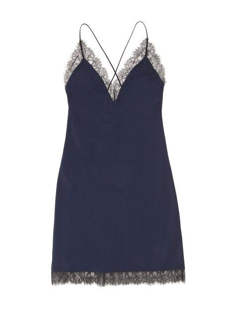<p>Vestido lencero azul de<strong>&nbsp;Women Secret, 29,99 €. </strong>Combínalo con una americana negra y unos salones para tu look de noche.</p>