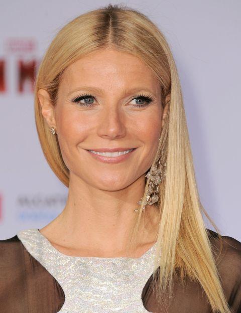 <p>La actriz <strong>Gwyneth Paltrow</strong> es la musa del peinado liso por excelencia. ¿Su secreto? Llevarlo con la raya al medio y sin rastro de encrespamiento. ¿Cómo? Utiliza un producto hidratante y <i>antifrizz</i> con el pelo húmedo e invierte el tiempo suficiente en el secado, con un cepillo redondo. </p>