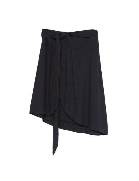 <p>Nos gusta la opción de la falda pareo negra para bajar a la playa. De<strong> Zara.</strong></p>