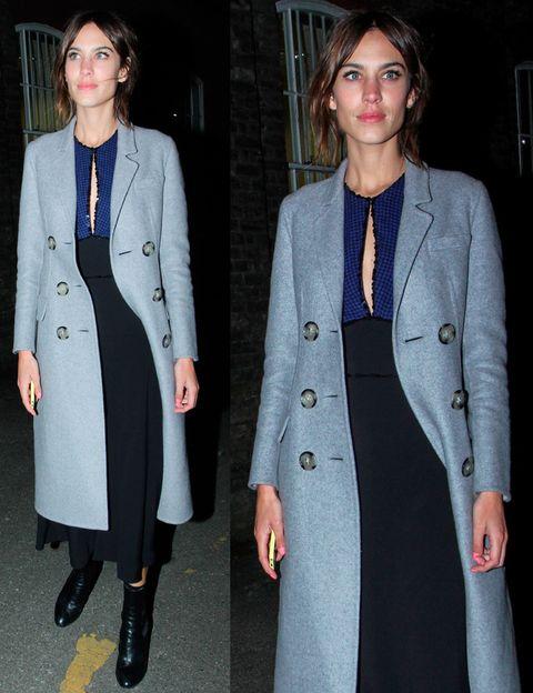 <p>A la salida de Hunter vimos a Alexa Chung con este vetido midi en azul y negro, botines del mismo color y abrigo en gris azulado.&nbsp;</p>