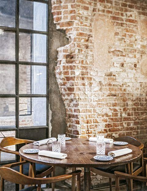 """<p>Rupturista y transgresor, el chef vasco Diego Guerrero (dos estrellas Michelin a su paso por El Club Allard) sorprende con sus influencias mexicanas en su nuevo espacio de alta gastronomía sin corsés. Con un desenfadado look industrial, los platos se sirven por zonas y los cocineros pululan y atienden en la sala principal con cocina vista. Hay dos menús: Dtaste (88 €) y Dstage (118 €).</p><p><strong>Regueros, 8, Madrid, <a href=""""http://www.dstageconcept.com"""" target=""""_blank"""">www.dstageconcept.com.</a></strong></p>"""