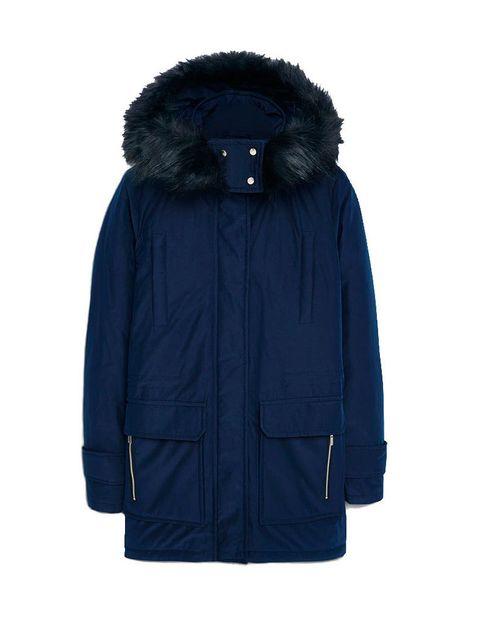<p>Anorak acolchado azul marino con capucha de pelo de <strong>Mango</strong>,&nbsp;49,99 € (antes&nbsp;99,99 €).</p>