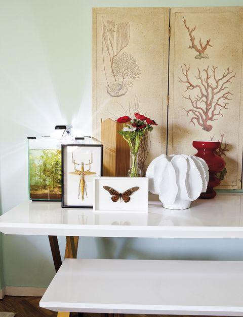 <p>Como en un museo, cajas de insectos, de Anmoder, y un biombo con motivos marinos dan color al rincón.</p>