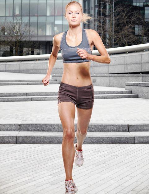 <p>Los ejercicios aeróbicos como correr son los preferidos por las mujeres. Además de adelgazar, el running reduce el riesgo de contraer enfermedades, mejora el sistema cardiorespiratorio, fortalece los huesos, regenera la masa muscular, combate la celulitis, favorece el descanso, ayuda a combatir el estrés y la ansiedad y aumenta la autoestima.</p><p><strong>Calorías perdidas: </strong><strong><strong>aprox. </strong>400 si corres durante 30 minutos a más de 8 km por hora. </strong></p><p></p><p></p><p></p>