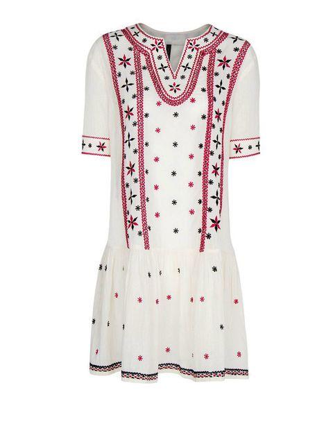 <p>Vestido de estilo 'boho' en algodón bordado, de <strong>Mango</strong> (29,99 €).</p>