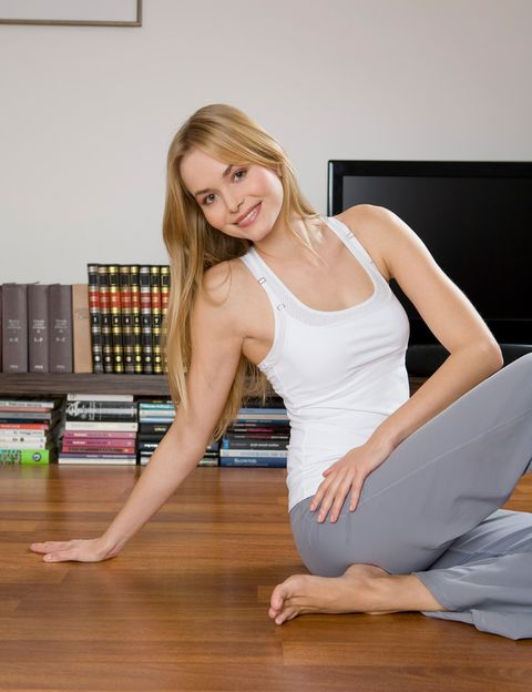 <p>Sentada frente al ordenador, <strong>lo normal es que tu cuerpo se encoja, se agarrote</strong> y adopte malas posturas. Estirar los músculos y mantenerte erguida es fundamental para mantener tu cuerpo joven y flexible, evitar sobrecargas musculares y dolores de espalda y cuello. <strong>Stretching 'kit kat'.</strong> Cada vez que te sientas rígida, para cinco minutos para estirarte. Ayudándote con una mano, lleva el cuello de forma suave hacia los lados, abajo (con ambas manos) y atrás. <strong>Haz círculos con los hombros alante y atrás</strong>. Entrelaza las manos y estira los brazos hacia arriba manteniendo los hombros abajo; luego por detrás de la espalda abriendo el pecho. Agárrate a la silla y gira a un lado y al otro el tronco manteniendo los pies apoyados en el suelo. Agarra la silla con las manos entre las piernas, redondea la espalda y tira suavemente para estirarla. Psst. Comenzar y terminar tu jornada laboral con estos estiramientos te ayudará a activarte a primera hora de la mañana y a relajarte por la tarde.</p><p></p>
