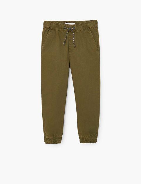 <p>Pantalones en tipo chino, de 19,99 € a 12,99 €.</p>