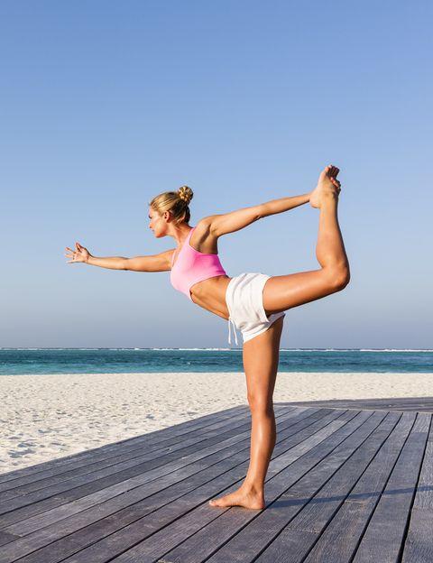 """<p>&nbsp;</p><p>El Vinyasa Flow Yoga nació en la India, triunfó en EEUU y cada vez se practica más en nuestro país. <strong>Celebrities como Elsa Pataky lo adoran por sus resultados físicos</strong>, ya que se trata de un estilo que se practica en movimiento. Cada clase es intensa y diferente, ya que incorpora elementos del Ashtanga Vinyasa (el estilo de yoga más físico), y trabaja con secuencias de asanas &nbsp;(posturas) retadoras, vigorosas y potentes. Tendrás la sensación de hacer mucho ejercicio pero <strong>con la relajación final terminarás la clase completamente zen</strong>. El estilo perfecto para quienes aún no se ahan animado con el yoga porque les parece una práctica light o algo """"friki"""".</p><p>&nbsp;</p>"""