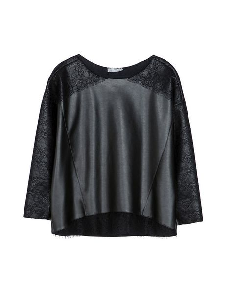 <p>Top negro amplio con bordados en las mangas, de <strong>Zara.</strong></p>
