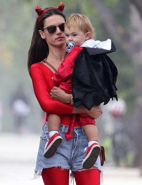 <p>La top Alessandra Ambrossio y su hijo Noah Phoenix se han a puntado a la moda del &quot&#x3B;mini yo&quot&#x3B; con disfraces a juego.</p>