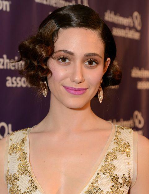 <p>Con ondas al agua y falso bob, la actriz borda el look años 20. Nos gusta la combinación de sombras ocre en los ojos y un tono rosa en los labios.</p>