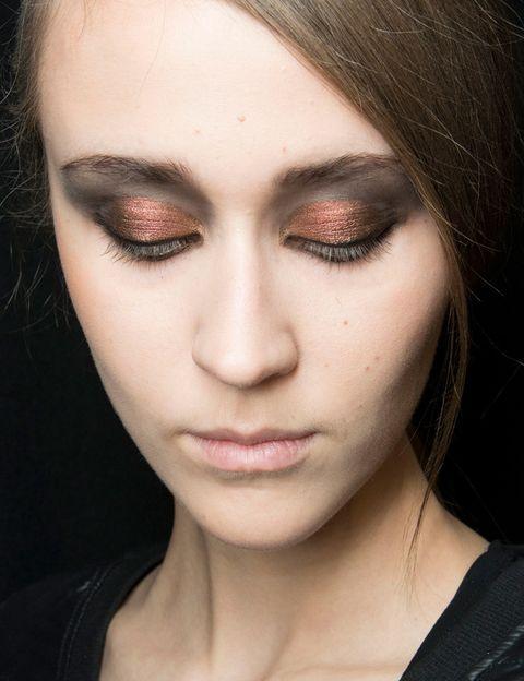 <p>Las sombras de ojos metalizadas se imponen como protagonistas esta temporada. ¿Una de nuestras favoritas? La mirada bronce que propone <strong>Andrew GN</strong>.</p>