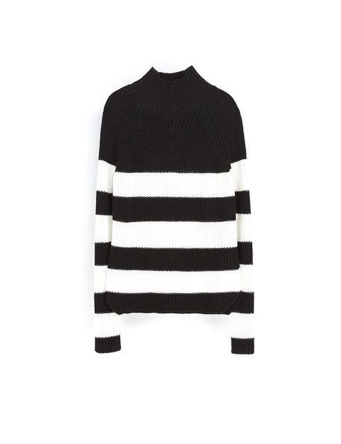 <p>Jersey de cuello alto con rayas, de Zara, 29,95 €.</p>