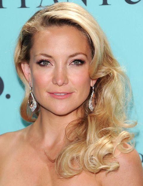 <p>La actriz dejó su melena suelta con unas románticas ondas y apostó por un maquillaje rosado.&nbsp;</p>