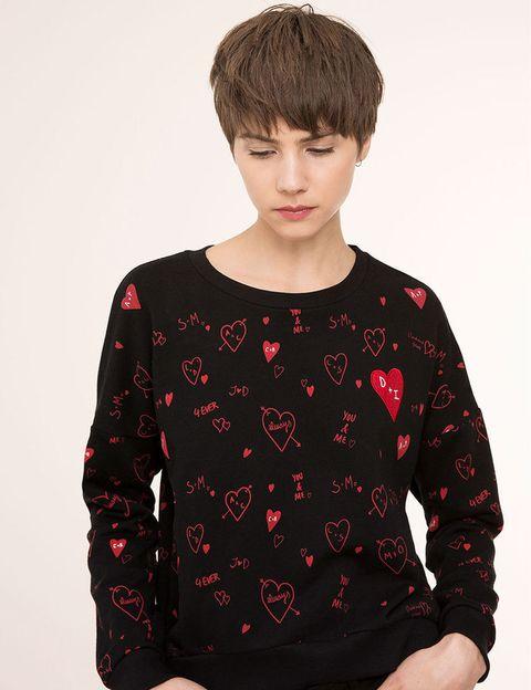 <p>Sudadera con 'print' de corazones de <strong>Pull &amp; Bear</strong>, 9,99 € (antes 15,99 €).</p>
