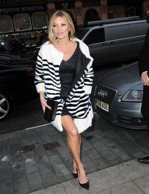 <p>Kate Moss combina un LBD <i>glitter </i>con abrigo de <i>print</i> de cebra.</p>
