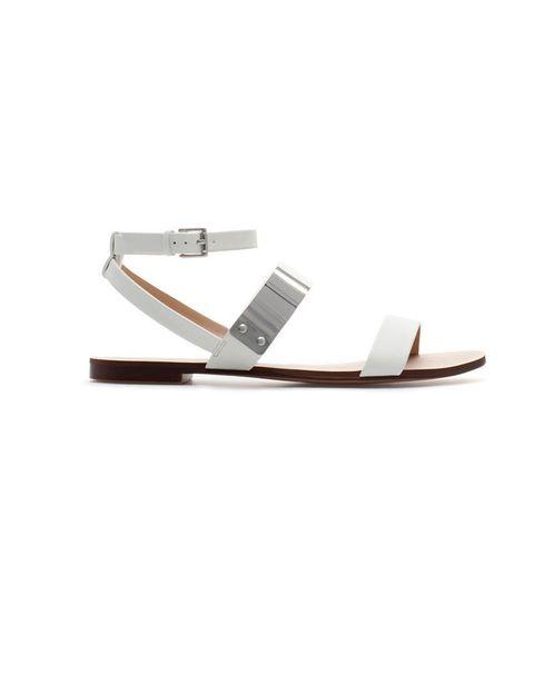 <p>Sandalias planas con placa metálica, <strong>de Zara, 22,95 €.</strong></p>