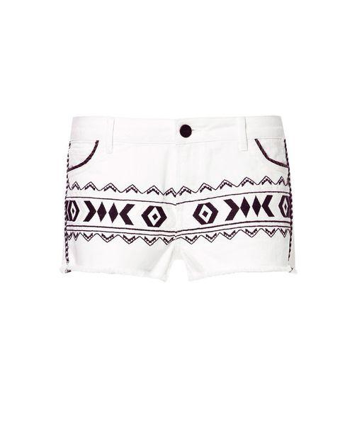 <p>Shorts blancos de estampado étnico,<strong> de Zara</strong>, por 29,95 €.</p>