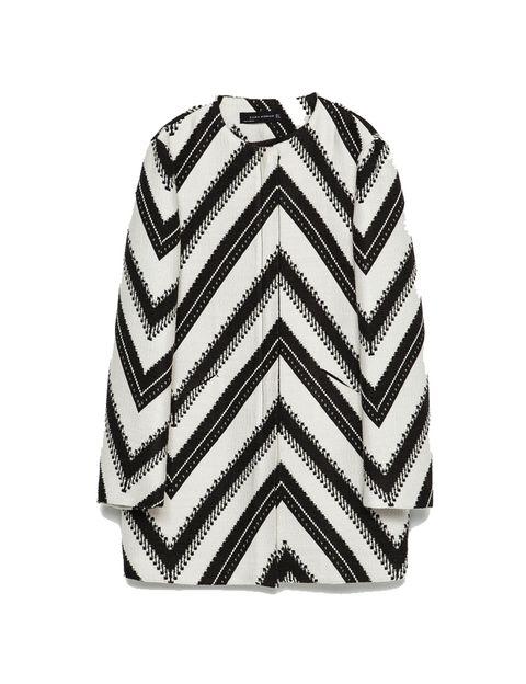 <p>Abrigo ligero de rayas en diagonal de <strong>Zara</strong>, 79,95 €.</p>