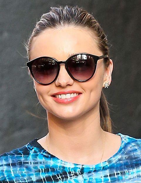 <p><strong>Miranda Kerr</strong> sabe lucir tanto un modelo de varios colores como estas gafas de sol básicas en negro. Un look, un modelo de gafas, ese parece ser su lema.&nbsp;</p>