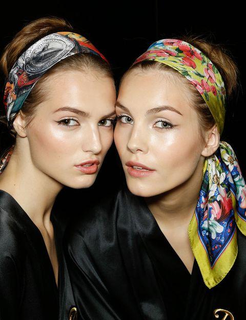 <p>Todas coincidimos en el espectacular look de Dolce & Gabbana para este verano: 'Me encanta la idea del pañuelo en la cabeza en sus mil y una formas. Favorece y protege el pelo, qué más se puede pedir. Es el look estrella de este verano sin duda.'<strong>Paula Llanos</strong>, editora.</p>