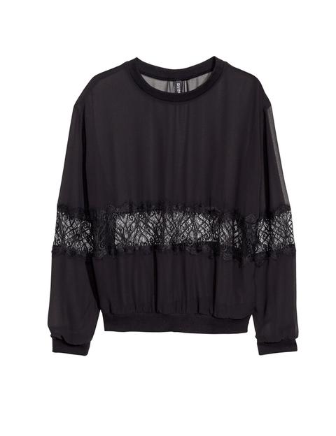 <p>Una blusa original para un look atrevido, por el detalle del encaje. <strong>Es de H&amp&#x3B;M, 19,95 €.</strong></p>