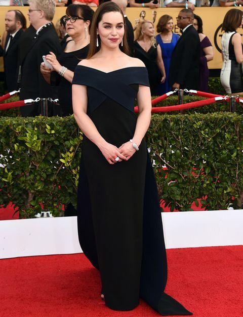 <p>La actriz de 'Juego de Tronos' Emilia Clarke apostó todo al negro en este look con un vestido de escote barco de<strong>Donna Karan Atelier </strong>y joyas de<strong> Cartier. </strong>¿No os parece que le pone años encima?</p>