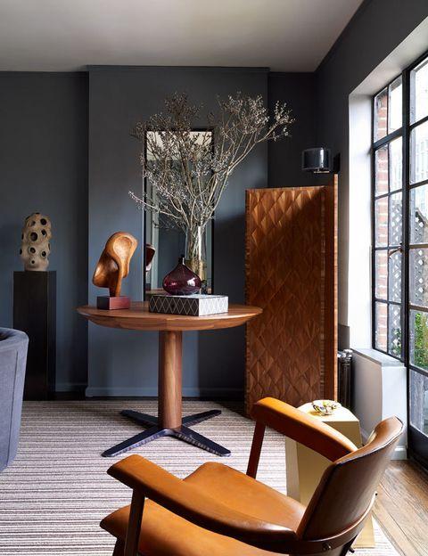 <p>Esta pequeña zona del <i>pied-a-terre</i> se ideó para mostrar una parte de la colección de arte de los dueño, así como para comer con los amigos. En la pared de atrás, una escultura en cerámica de la artista norteamericana Susan Bleckner-Heller, en Cocobolo Design, sobre un pedestal de bronce. La mesa redonda en nogal, con base en níquel color humo, se abre y acomoda fácilmente de 6 a 8 personas, en StillFried Wien. Sobre ésta, una escultura orgánica en madera de Mario dal Fabbro, en Maison Gerard, y una caja decorativa, de Flair Home Collection. El bellísimo biombo en marquetería de palma es de la francesa Lison de Caunes, en Maison Gerard.</p><p></p>