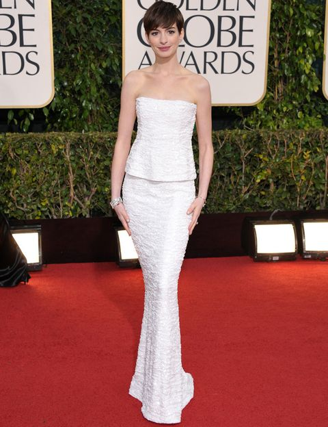 <p><strong>Anne Hathaway</strong>, que se llevó el premio a mejor actriz de reparto por 'Los Miserables', una de las mejores de la alfombra roja con un impresionante con dos piezas blanco de<strong> Chanel, colección 2009, </strong>que complementó con pendientes y barazlete de la misma firma y zapatos de<strong> Aldo.</strong></p>
