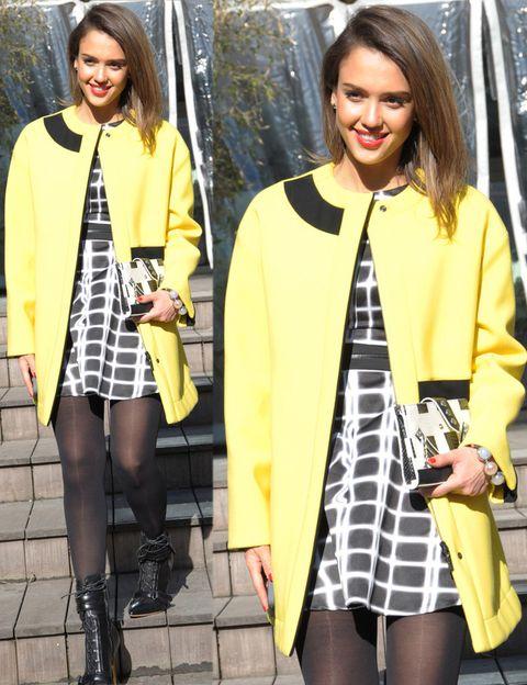 <p><strong>Jessica Alba</strong> prefiere lucir este color en un street style con abrigo y combinado con blanco y negro en un minivestido estampado, clutch a juego y botines con cordones.</p>