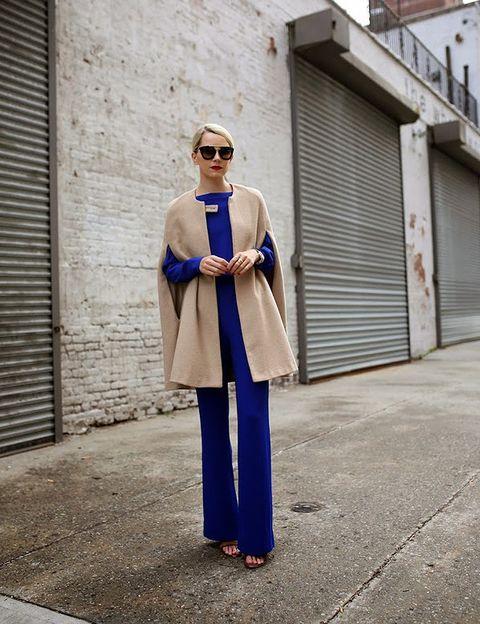 <p><strong>Blair Eadie,</strong> de Atlantic Pacific, combina su preciosa capa en color camel con un mono liso en azul klein de ligera pata de elefante.</p>