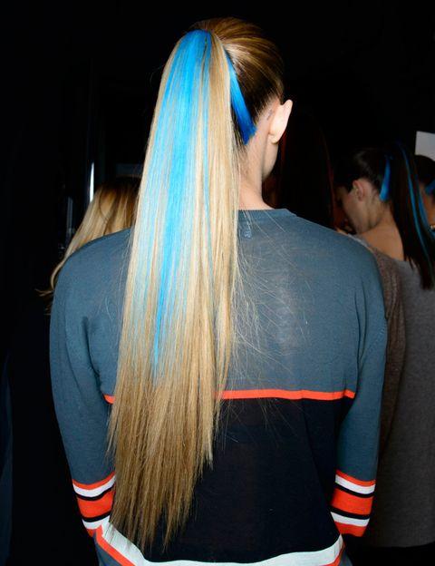 <p>Utilizar las 'hair chalks' (literalmente 'tizas para el pelo') es sencillo: con la melena ligeramente humedecida, aplica el color deseado y déjalo secar. Una vez seco, cepilla la melena suavemente para retirar el exceso de pigmento.</p>