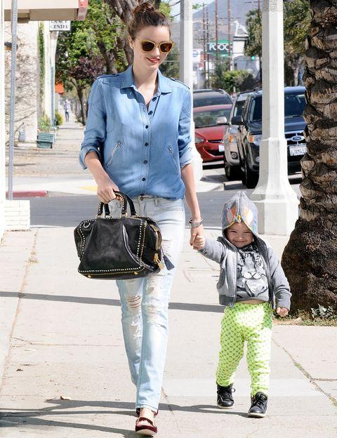 <p><strong>Miranda Kerr</strong> elige un look denim total salvo por sus accesorios: un bolso de mano con tachuelas y slippers de terciopelo burdeos que nos encantan.</p>