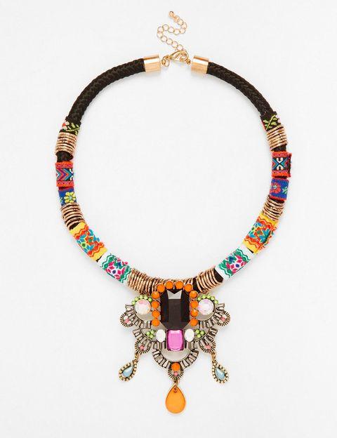 <p>Collar con hilos envolventes multicolor de Designsix (32,99 €).</p>