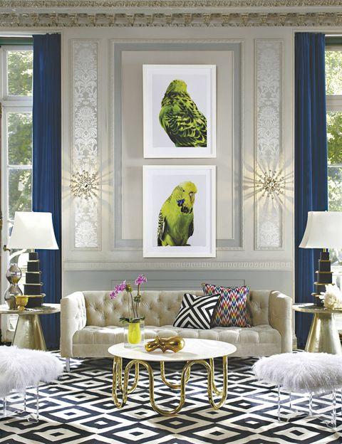 <p>Las fotos, de Leila Jeifreys, animan este salón en blanco y dorado. Sofá<i> Baxter,</i> mesa de centro <i>Scalinatella</i> y alfombra <i>Gio,</i> todo de Jonathan Adler.</p>