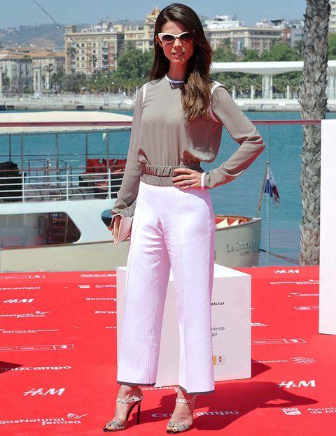<p>Pura elegancia y tendencia el look de<strong>&nbsp;Juana Acosta</strong>&nbsp;en el photocall de la película 'Tiempo sin aire' durante el Festival de Málaga. Con unos 'culottes' blancos, blusa en gris y blanco y accesorios en estos tonos.</p>