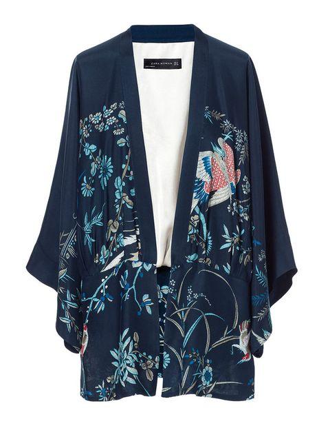 <p>Quimono con 'print' oriental, de <strong>Zara</strong> (69,95 €).</p>