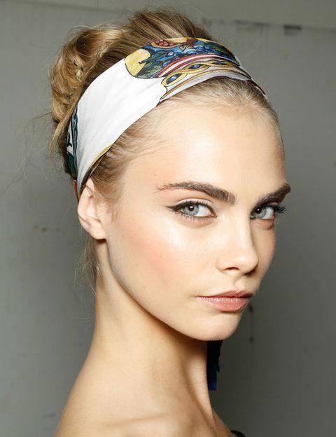 <p>Para un delineado sofisticado, ficha el look de <strong>Dolce &amp; Gabbana</strong>. Consíguelo con un lápiz <i>khol</i> bien afilado, aplicado de la mitad del párpado superior hacia afuera y en la línea de agua.</p>