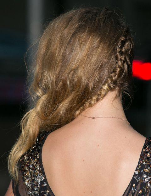 <p>¿La clave? Una trenza imperfecta a uno de los lados para mantener la melena en su sitio. Puedes pulverizar un 'spray' de ondas surferas sobre el pelo para lograr el efecto despeinado.</p>