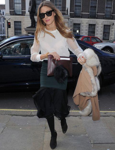 <p>Después de Nueva York,&nbsp;<strong>Olivia Palermo</strong> cruzo el charco y llegó a Londres para ver el desfile de&nbsp;Emilia Wickstead con un look con blusa blanca, falda bicolor con volante, cartera de piel y botines negros.</p>