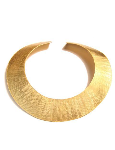 <p>Con alusiones a La Grecia Antigua, este collar rígido dorado está cargado de feminidad y seducción. De <strong>Maramz</strong> (120 €).</p><p>&nbsp;</p>