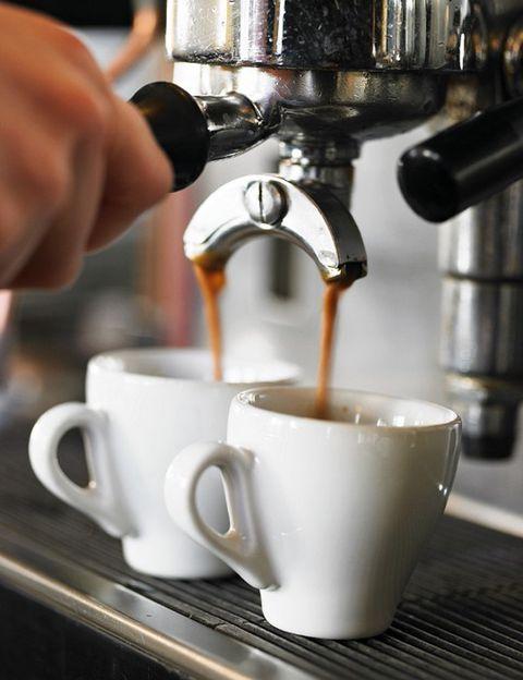 <p>Del clásico café con leche al capuccino o al café au lait francés, <strong>hay mil formas de pedir y prepara el café</strong> que varían según el país y hasta ciudad. En España los más típicos son el <strong>solo, cortado, con leche, bombón (con leche condensada), carajillo</strong> (con brandy), asiático (con leche condensada, brandy, licor 43 y canela molida), del tiempo (típico de Valencia, se sirve frío) o barraquito (típico de Canarias). <strong>En Italia, donde es toda una cultura, encontrarás espresso (solo y con crema), ristretto</strong> (con menos agua y más intenso), americano (típico en Estados Unidos, se le añade agua caliente), lungo (con más agua, más suave), macchiato (con un poco de leche caliente), latte macchiato (leche manchada con café), <strong>capuccino (espresso con leche coronado con espuma) o mocacchino</strong> (espresso con espuma de leche y cacao en polvo). <strong>Psst.</strong> Si vas por Roma, no te vayas sin tomarte un café en la Tazza d'oro (via degli Orfani 84). Y si eres una fan de las tazas o mugs, te encantará la <strong>illy Art Collection</strong>, de Michelangelo Pistoletto (49 €). shop.illy.com</p><p></p>