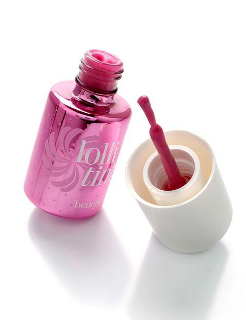 <p>Para lograr un tono de labios como el de Emmy Rossum, apuesta por un tinte como 'Lolli Tint', apto tanto para labios como para mejillas. De <strong>Benefit </strong>(33,90 €).</p>