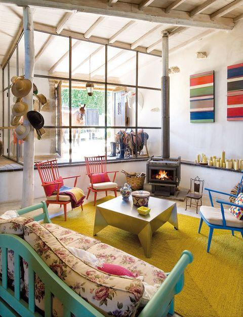 <p>Las butacas holandesas, pintadas por los Requejo, dan un singular toque al salón. La mesa de centro, de chapa de acero, diseño de Oito Interiores, y la gran alfombra es de Antonia Molina.</p>