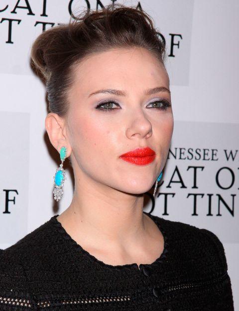 <p>La actriz apuesta por los labios rojos en un look cien por cien copiable: perfecto el contraste entre el rojo de labios y los pendientes en verde esmeralda. ¿El toque mastro? Una sombra blanca en los párpados. </p>