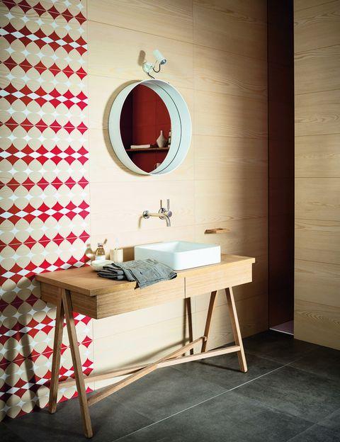 <p>El revestimiento cerámico<i> Nordic Wood</i> imita madera, 44 €/m2, o decorada en rojo coral y blanco, 181 €/m2, de Marazzi. </p>